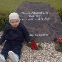 Lea modtog et legat til en gravsten til sin afdøde mand