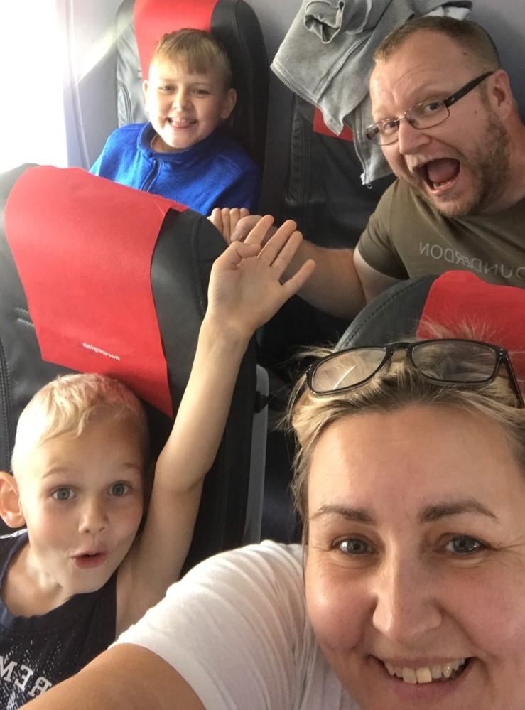 Maria, René, Lucas og Malthe på flyet til Egypten sidste år. Forhåbentlig byder fremtiden på flere rejser